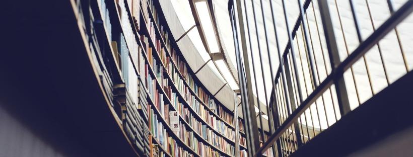 DigiKilta-selvityksen kannessa oleva kuva kaarevasta kirjahyllystä
